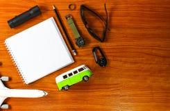 Uitrusting van reiziger op houten achtergrond Stock Foto's