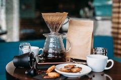 Uitrusting voor filterkoffie het brouwen met koekjes stock afbeeldingen