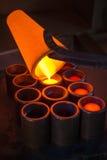 Uitsmeltingsgoud bij een fabriek stock afbeelding