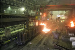 Uitsmeltingsmetaal het gieten in een metallurgische installatie royalty-vrije stock fotografie
