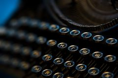 Uitstekend antiek inbaar schrijfmachinesclose-up Russische toetsenborden stock afbeelding