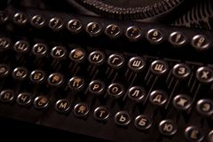 Uitstekend antiek inbaar schrijfmachinesclose-up Russische toetsenborden royalty-vrije stock afbeeldingen