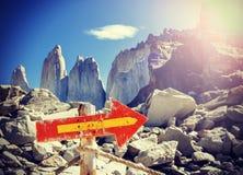 Uitstekend beeld van de houten post van het richtingsteken op een bergweg royalty-vrije stock afbeelding