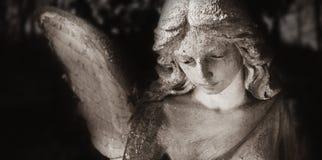 Uitstekend beeld van een droevige engel op een begraafplaats tegen backgroun royalty-vrije stock fotografie