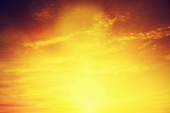 Uitstekend beeld van zonsonderganghemel met donkere dramatische wolken Achtergrond Royalty-vrije Stock Fotografie