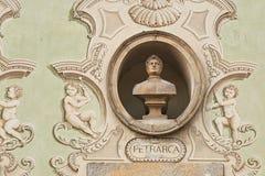 Uitstekend beeldhouwwerkportret van Francesco Petrarca op een voorgevel van een oud gebouw in Bellinzona, Zwitserland Stock Afbeelding