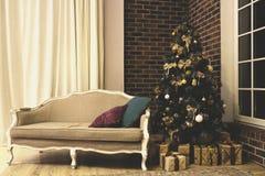 Uitstekend binnenland met Kerstmisboom royalty-vrije stock afbeeldingen