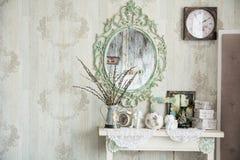 Uitstekend binnenland met spiegel en een lijst met een vaas en wilgen Stock Afbeeldingen