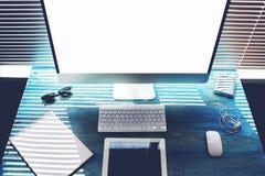 In uitstekend blauw is de houten lijst een PC-computer, een tablet en een notitieboekje voor verslagen Royalty-vrije Stock Afbeelding