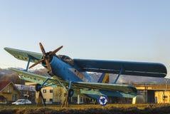 Uitstekend blauw vliegtuig Stock Foto