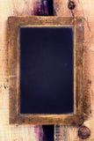 Uitstekend bord met houten kader op oude houten achtergrond. B Royalty-vrije Stock Afbeeldingen