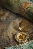 Uitstekend bronskompas en oude kaarten stock afbeelding