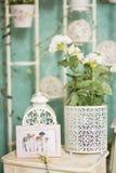 Uitstekend buitenhuisbinnenland met een lijst met een vaas en flovers Stock Foto
