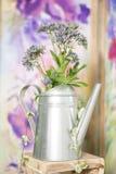Uitstekend buitenhuisbinnenland met een lijst met een vaas en flovers Stock Foto's