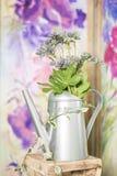 Uitstekend buitenhuisbinnenland met een lijst met een vaas en flovers Royalty-vrije Stock Fotografie