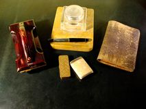 Uitstekend bureau met inkttribune, inktabsorptievat en de portefeuille van het slangleer royalty-vrije stock afbeeldingen