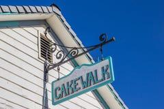 Uitstekend cakewalkteken op een gebouw in hoofdstraat Coulterville, Royalty-vrije Stock Foto's
