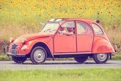 Uitstekend Citroën 2CV voor een gebied met bloeiende zonnebloemen Stock Afbeelding