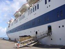 Uitstekend cruiseschip bij haven in Nassau, de Bahamas Stock Foto