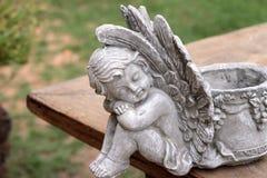 Uitstekend cupidobeeldhouwwerk op houten achtergrond royalty-vrije stock fotografie
