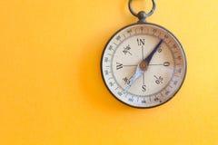 Uitstekend die de reisinstrument van de kompas retro stijl voor het geografische hoofd de richtingennoorden van de navigatiericht royalty-vrije stock foto