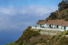 Uitstekend die motel op klip boven de oceaan wordt neergestreken stock foto's
