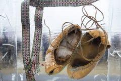 Uitstekend die schoeisel in ijsblokje wordt bevroren Ijsexture De achtergrond van het ijs Royalty-vrije Stock Foto