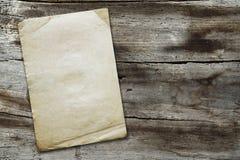 Uitstekend document op houten textuur Royalty-vrije Stock Afbeelding