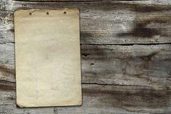 Uitstekend document op houten textuur Royalty-vrije Stock Afbeeldingen
