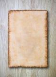 Uitstekend document op houten textuur Royalty-vrije Stock Foto's