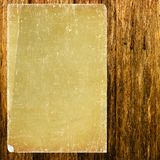 Uitstekend document op houtmuur Royalty-vrije Stock Afbeeldingen