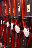 Uitstekend eiken de vaten zwart rood van de likeurkelder royalty-vrije stock afbeeldingen
