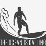 Uitstekend embleem Mensen die op golf surfen surfplank Branding logotype Royalty-vrije Stock Afbeelding