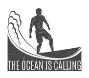 Uitstekend embleem Mensen die op golf surfen surfplank Branding logotype Royalty-vrije Stock Foto's
