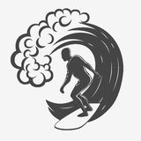 Uitstekend embleem Mensen die op grote golf surfen surfplank Branding logotype Stock Foto's