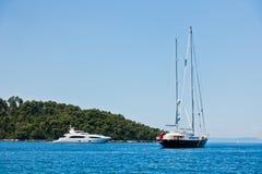 Uitstekend en modern jacht voor Panormos-strand bij ochtend, Panormos-baai, Skopelos-eiland stock afbeelding