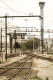 Uitstekend en oud verlaten station op een stedelijke backgroun Stock Foto's