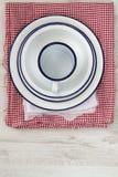 Uitstekend enamelwareaardewerk op retro doeken op rustieke houten bac Stock Foto's