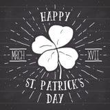 Uitstekend etiket, Hand getrokken gelukkige vier bladklaver, de Gelukkige kaart van de de Daggroet van Heilige Patricks, grunge g Royalty-vrije Stock Afbeelding