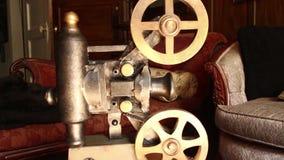 UITSTEKEND FILMPROJECTOR (DOLLYbeweging) Antiek Meubilair op Achtergrond (#1) stock videobeelden