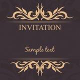 Uitstekend Frame De kaart van de uitnodiging _1 Gouden tracery op een donkere achtergrond Stock Afbeeldingen