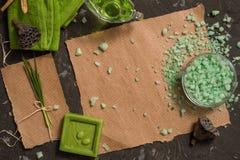 Uitstekend groen kuuroordstilleven met met de hand gemaakte zeep Hekel leggen, hoogste mening Prentbriefkaar op kraftpapier-docum Stock Afbeelding