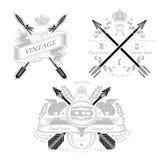 Uitstekend heraldisch element drie met dwarspijlen en decoratieve elementen Stock Foto's