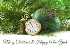 Uitstekend horloge met groene snuisterijen en naaldboom Stock Foto's