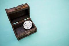 Uitstekend horloge in uitstekende houten doos Royalty-vrije Stock Fotografie