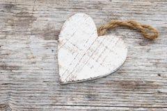 Uitstekend houten hart op een oude houten beackground Stock Foto's