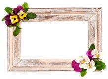 Uitstekend houten kader met viooltjebloemen Stock Afbeelding