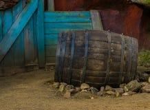 Uitstekend houten vat in het zand, Decor in wilde het westenstijl stock afbeelding