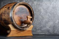 Uitstekend houten vat met kraan in donkere kelder royalty-vrije stock fotografie