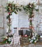 Uitstekend kader dat van bloemen, bladeren met grungebackgrou wordt gemaakt Stock Foto's